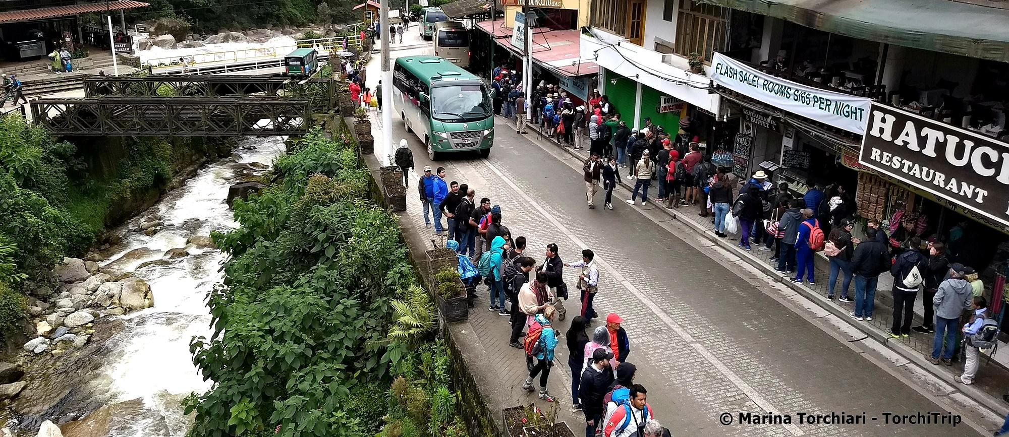 Machu Picchu pueblo: Izquierda, colas para el ticket - Derecha, colas pars subir al minibus